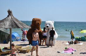 Román tengerpart: napsütés van, tengervíz van, óvintézkedések betartása nincs