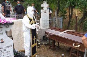 Az internet új sztárja a pópa, aki kobaktól bokáig védõfelszerelésben temetett