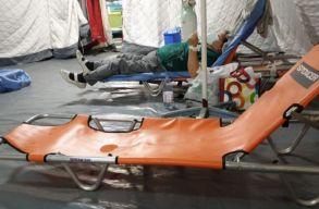 Egy kórházban már nem is a folyosón, hanem sátrakban kellett elhelyezzék a betegeket