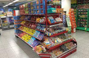 Tilos lesz a brit szupermarketekben a kasszák közelében tartani az édességet és magas cukortartalmú üdítõt