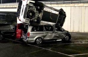 Kirúgták a Mercedes-gyárból, ezért markológéppel szétvert 69 autót