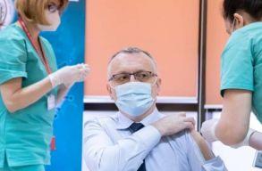 Speciális oltóingben érkezett a vakcináért a tanügyminiszter