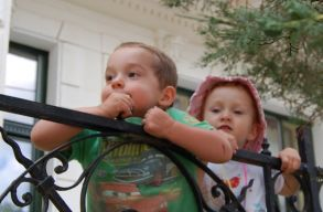 Premier Romániában: készül egy elektronikus adatbázis az örökbefogadásra váró gyerekekrõl