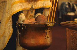 Nem változtat keresztelési szokásain az ortodox egyház a suceavai horrorkeresztelõ után
