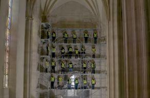 Szent Mihályhoz csendült fel himnusz a felújítás alatt álló Szent Mihály-templomban: a végeredmény egy fantasztikus videó!