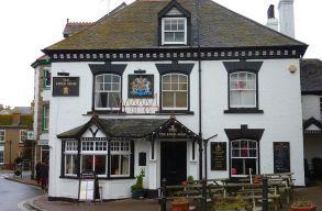 Nyitnak a vendéglátóhelyek és a boltok Angliában