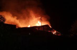 Videó: hatalmas tûz pusztított el egy székelyföldi bútorgyárat