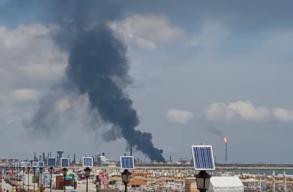 Frissítve! Robbanás történt a Nãvodari-i olajfinomítóban. Hatalmas füstfelhõ gomolyog a tenger fölött