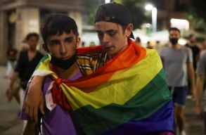 Több ezren tüntettek Spanyolországban, miután halálra vertek egy meleg fiatalt