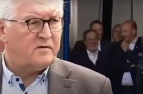 A német kancellár-jelölt jókedvûen kacarászott a háttérben, miközben az államfõ épp részvételt az áradásban elhunytak hozzátartozóinak