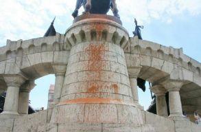 �sszefest�kezt�k a M�ty�s-szobrot