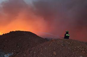 Fekete füstfelhõ borítja az eget Arad fölött: a kigyulladt hulladéktároló lángjaival harcolnak a tûzoltók