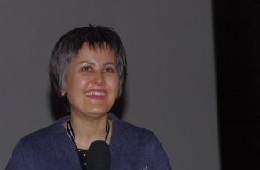Ukrajna kimenekítette Kabulból Sahraa Karimi világhírû afgán filmrendezõnõt