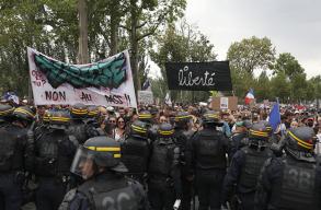 Tízezrek tiltakoztak Franciaországban a covid-igazolvány használata ellen