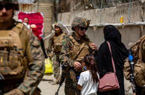 Az evakuációs mûveletek vége: miközben tálibok a kabuli reptér átvételére készülnek, az amerikaiak újabb merénylettõl tartanak