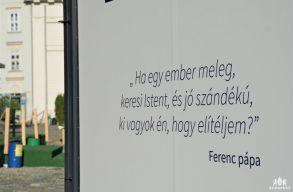 Budapest Ferenc pápától származó, kritikus idézetekkel köszönti a vendégeket