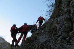 Több mint 650 bajbajutott személyen segítettek a hegyimentõk augusztusban; hat ember a hegyekben lelte halálát