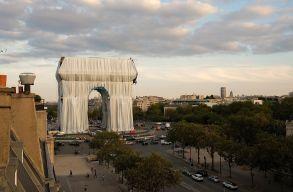 A csomagolómûvész álma halála után vált valóra: selyembe burkolták a párizsi Diadalívet