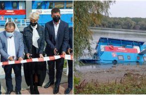 Három hete Turcan felavatta, péntek reggelre félig elsüllyedt a fogyatékkal élõ gyerekeknek létrehozott pontonhajó