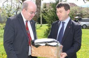 Sz�kely ruh�t kapott aj�nd�kba a brit nagyk�vet Cs�kszered�ban