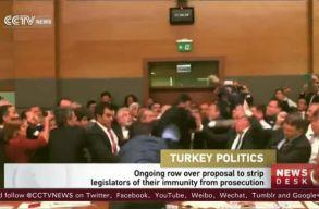 Verekedtek a t�r�k politikusok a parlamentben, t�bben k�rh�zba is ker�ltek