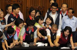 Diszkrimin�lj�k, zaklatj�k �s er�szakosan b�nnak a n�i parlamenti k�pvisel�kkel