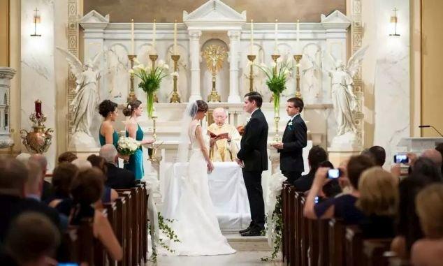 1bc15889e1 Gábor római katolikus, Kinga református, és hetek óta nem tudnak dűlőre  jutni felekezeteik lelkipásztoraival az egyházi házasság megkötése  kérdésében.