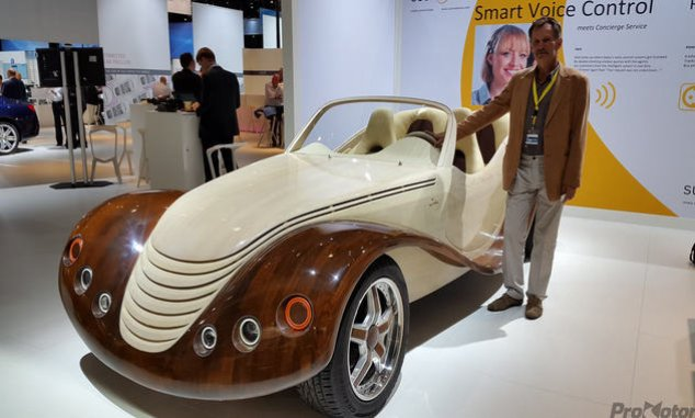 Valódi szenzáció volt a Frankfurti Autószalonon a Koronkán épített faautó
